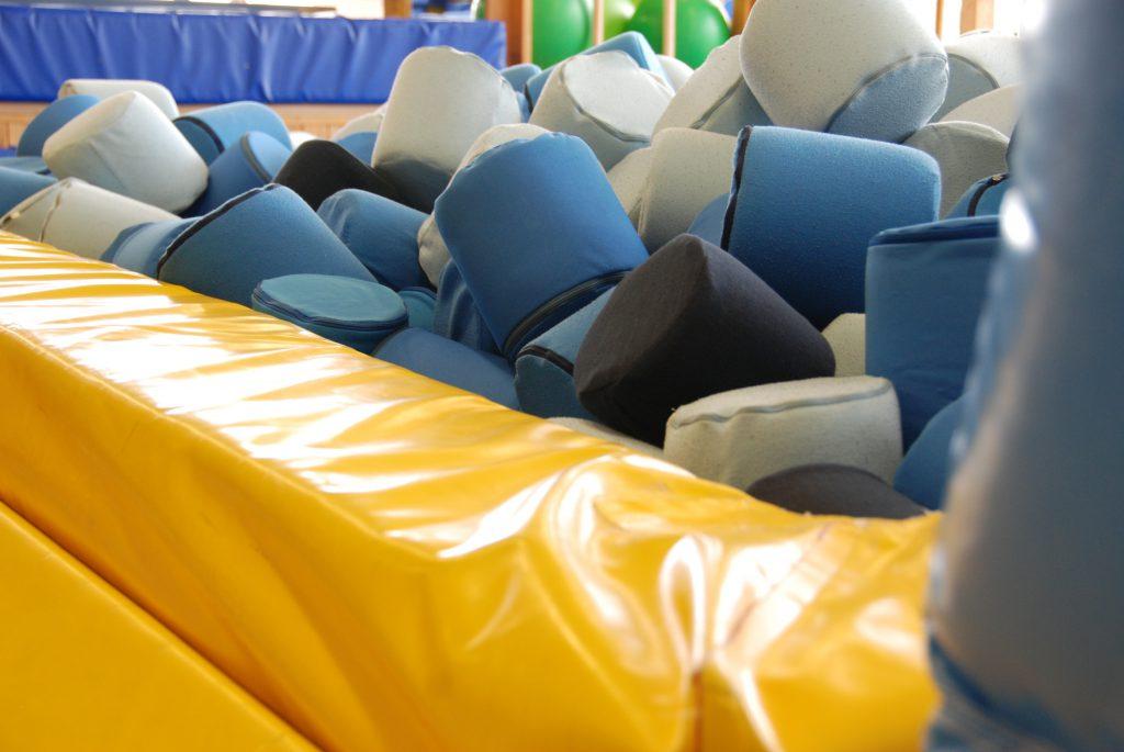 Mit der Kraft des Trampolins rein in ein mit Schaumstoffkissen befülltes Becken springen ... jipppiiih!
